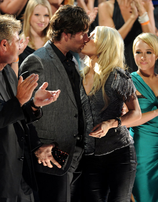 061110 carrieunderwood mikefisher teaser 544 XXXX HOT! Carrie Underwood and Her Fiancé Finally Kiss In Public!