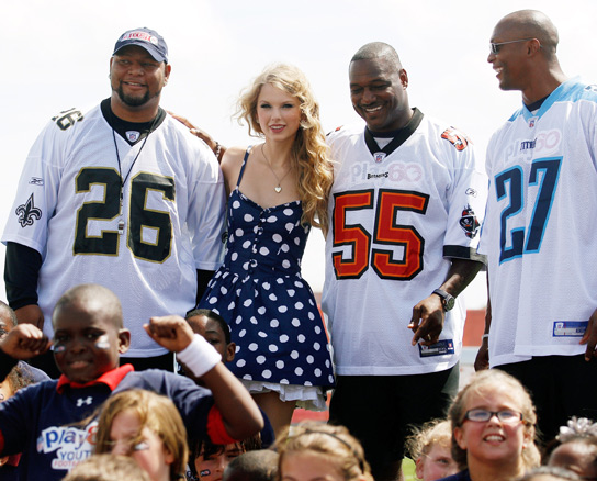 From left, Deuce McAllister, Taylor Swift, Derrick Brooks, and Eddie George pose for a photo during the NFL�s Play 60 campaign to fight childhood obesity on September 8, 2010 in New Orleans, Louisiana.  (Getty Images)