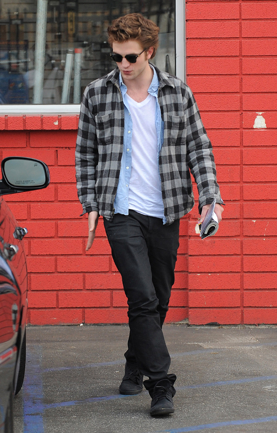 Robert Pattinson is a regular guy who loves to dress down! In  fact, he always seems to be wearing Converse sneakers, plaid shirts, and  Ray-Bans.